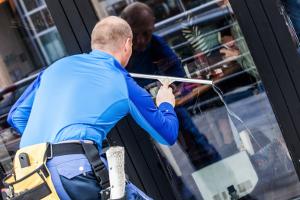 Nettoyage vitrerie et enseigne société de nettoyage neosit paris IDF